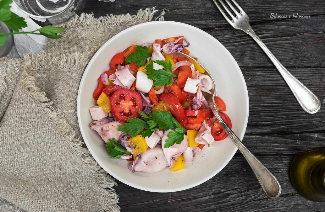 Insalata di calamari con peperoni pomodori e cipolla di Tropea