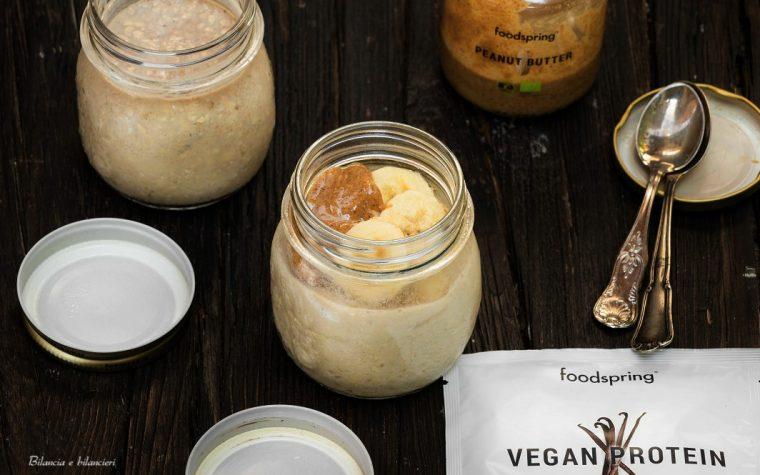 Overnight oats alla vaniglia con banana e burro di arachidi