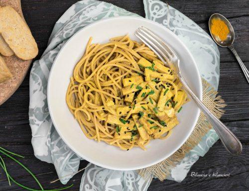 Spaghetti integrali con tempeh in salsa alla curcuma
