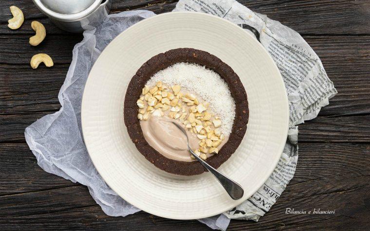 Tartella allo yogurt di soia con anacardi e cocco rapè
