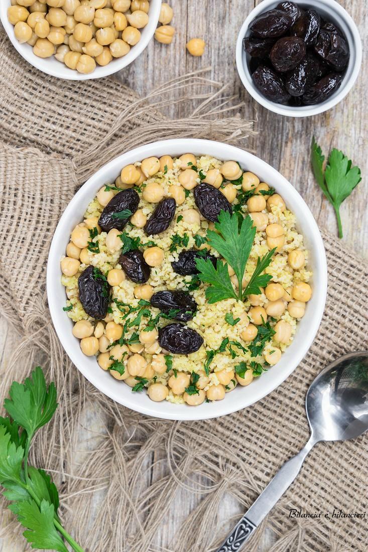 Doppio cous cous al cavolfiore con ceci e olive greche