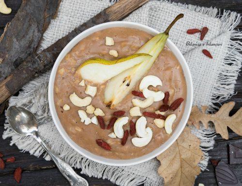 Porridge pera e cioccolato con bacche di Goji e anacardi