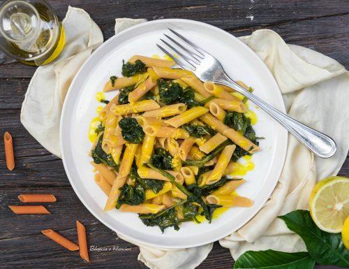 Penne di lenticchie rosse con spinaci e crema di limone