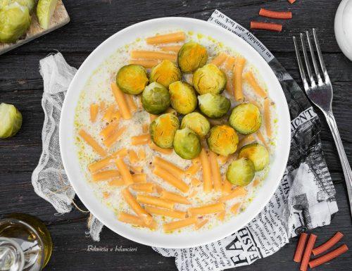 Sedanini di lenticchie rosse cremosi con cavoletti di Bruxelles