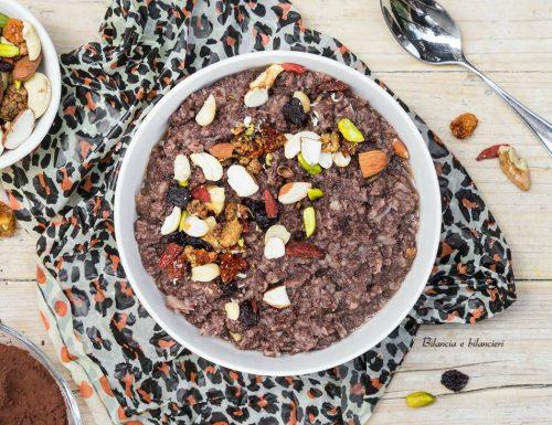 Porridge di cavolfiore al cacao con noci e bacche