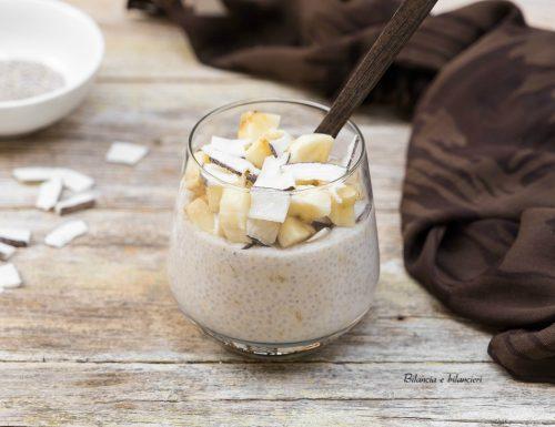 Chia pudding al kefir con banana e chips di cocco