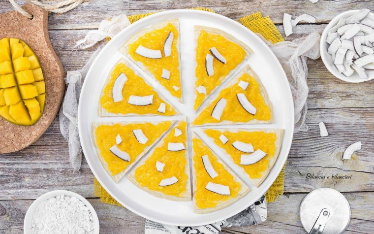 Pizza dolce di avena al mango con chips di cocco