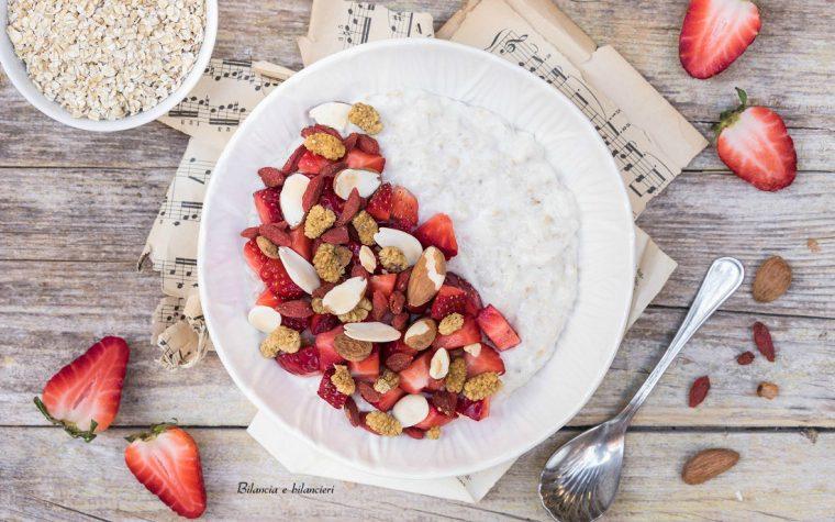 Porridge di avena al kefir con fragole e mix d'amore