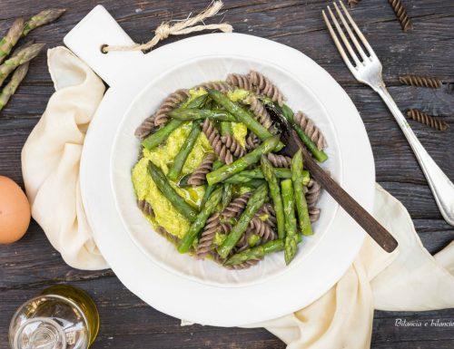 Fusilli di grano saraceno alla crema di asparagi e uovo