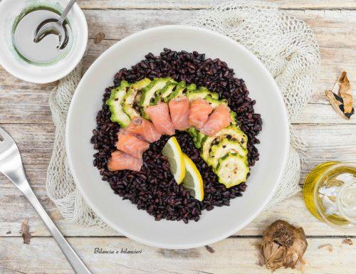 Insalata di riso venere con zucchine e salmone affumicato
