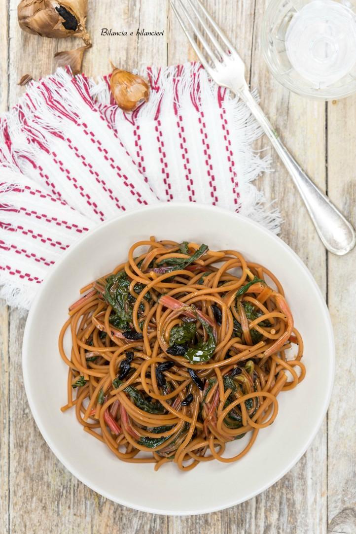 Spaghetti di lenticchie gialle con bietina rossa e aglio nero