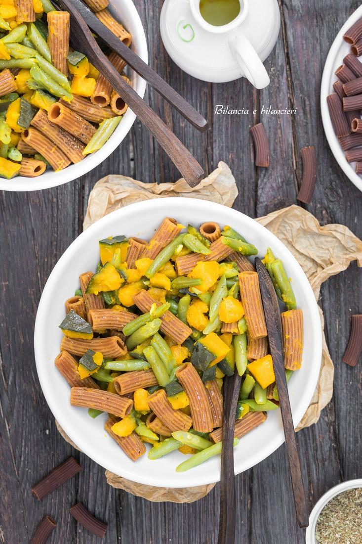 Sedani di lenticchie gialle e zucca con zucca e fagiolini