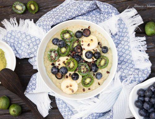 Porridge al matcha con fiocchi proteici nergi banana e mirtilli