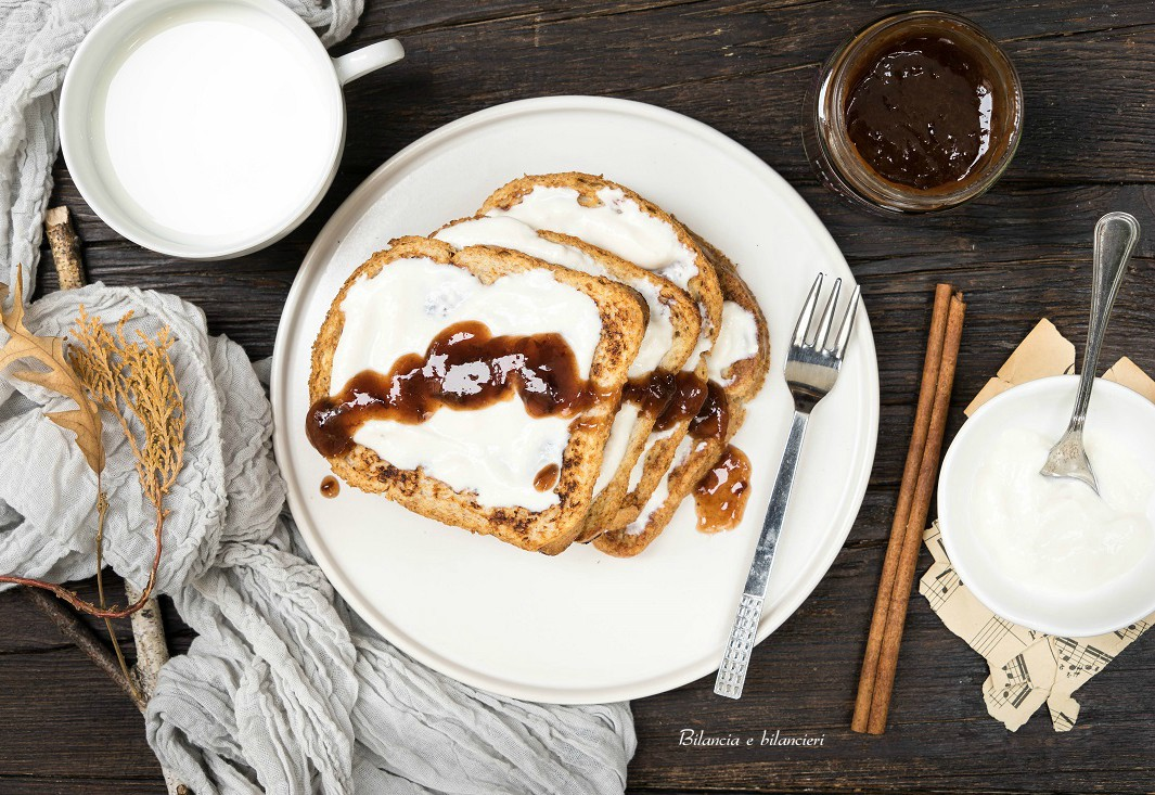 French toast allo yogurt con confettura di prugne e cannella