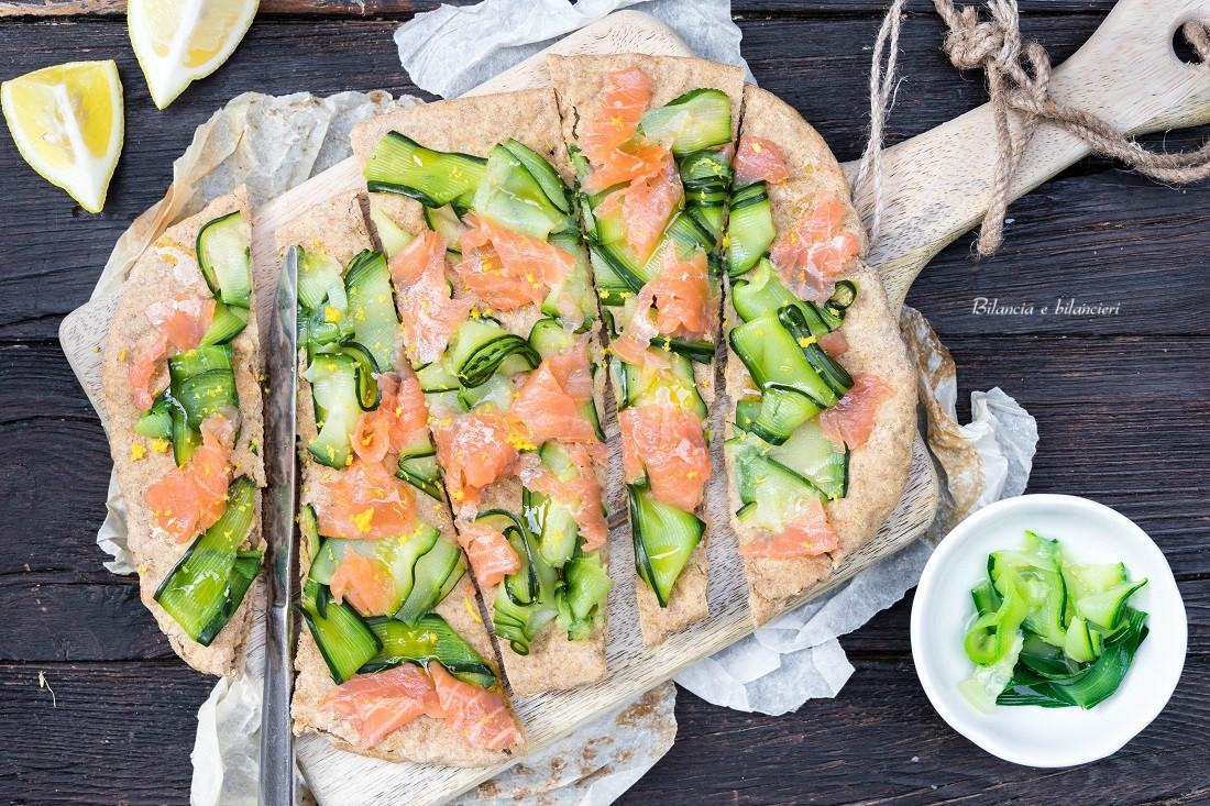 Pizza proteica con zucchine e salmone affumicato