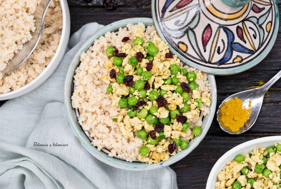 Cous cous con tofu strapazzato e pisellini al curry