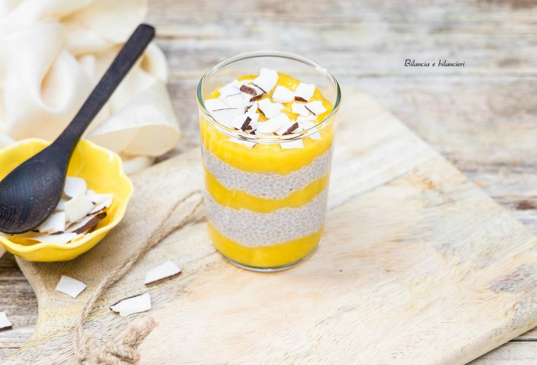 Chia pudding al mango e chips di cocco