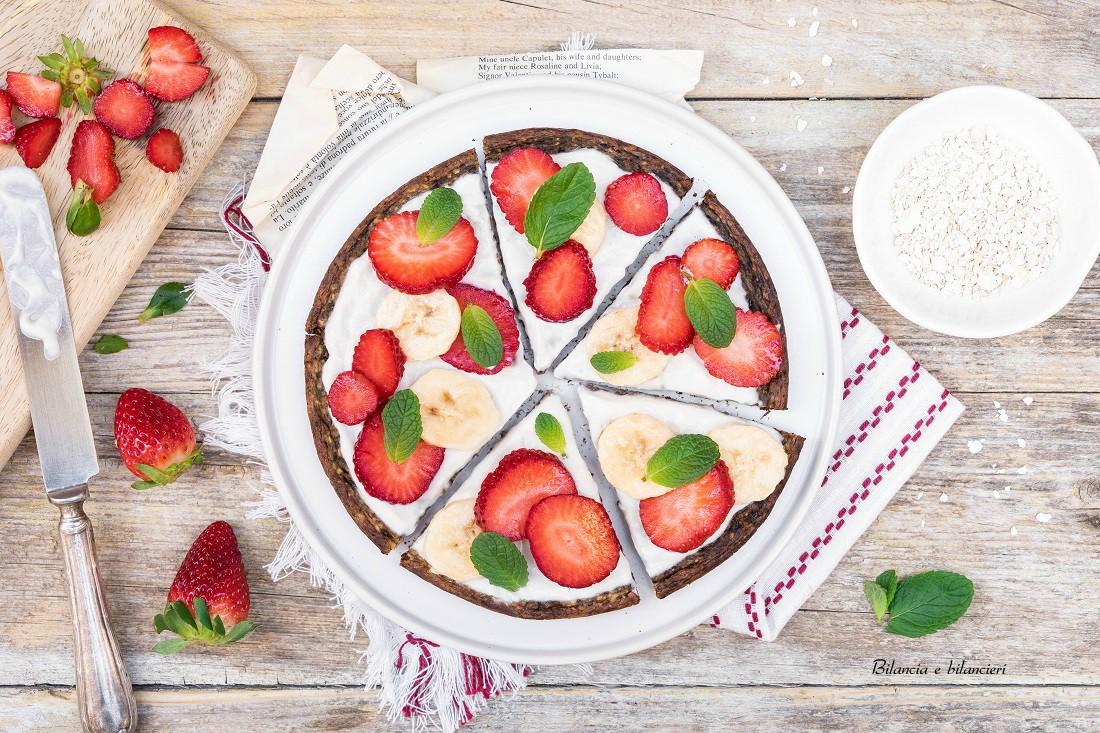 Pizza dolce vegan con banana e fragole