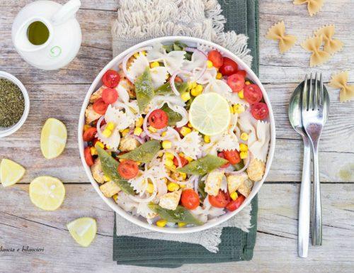 Insalata di pasta con taccole pomodorini mais e tempeh