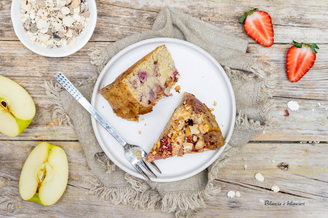 Torta di mele e fragole alla crema con muesli proteico