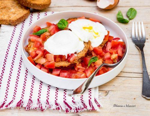 Friselle integrali con pomodori al basilico e uova in camicia