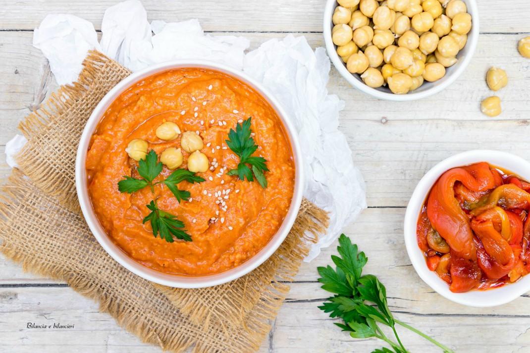 Hummus di ceci e peperoni rossi arrostiti con spaghetti integrali