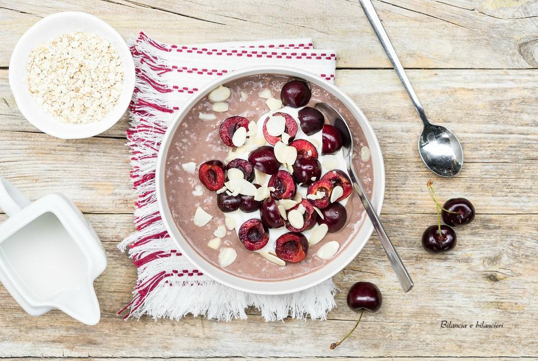 Overnight oats al cacao con ciliegie e petali di mandorla