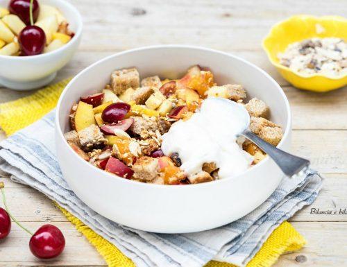 Panzanella di frutta con yogurt e muesli