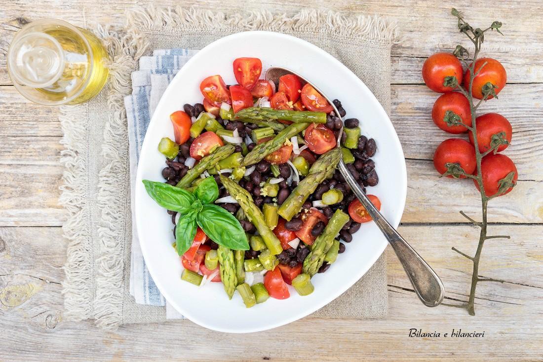 Insalata di fagioli neri con asparagi e pomodori pachino