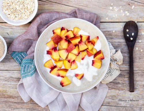Porridge con polvere di maca e pesca noce