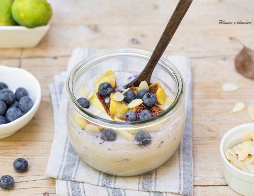 Porridge alla mandorla con fichi e mirtilli