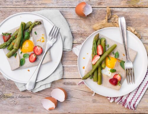 Crepes con uova al tegamino asparagi e fragole