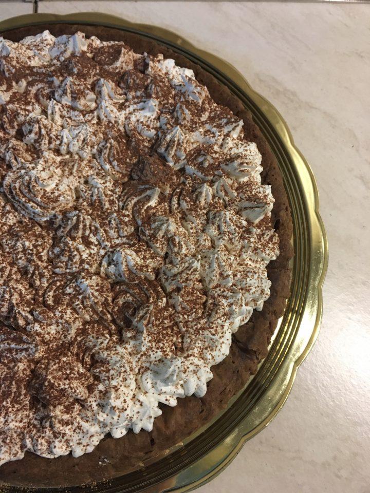 bagnata con caffè e ricoperta di panna e cacao - Crostata Morbida al Caffè e Cioccolato