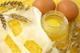 Crema antirughe naturale fai da te con miele, yogurt, olio e uovo