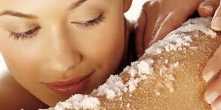 Scrub mani al bicarbonato sale grosso ,fino zucchero olio di oliva miele.