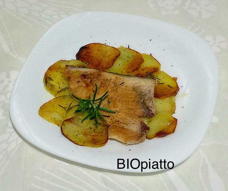 Trancio di pesce spada su letto di patate in crosta - Pesce su letto di patate ...