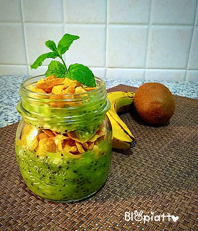 Frullato croccante kiwi banana cereali semi di chia