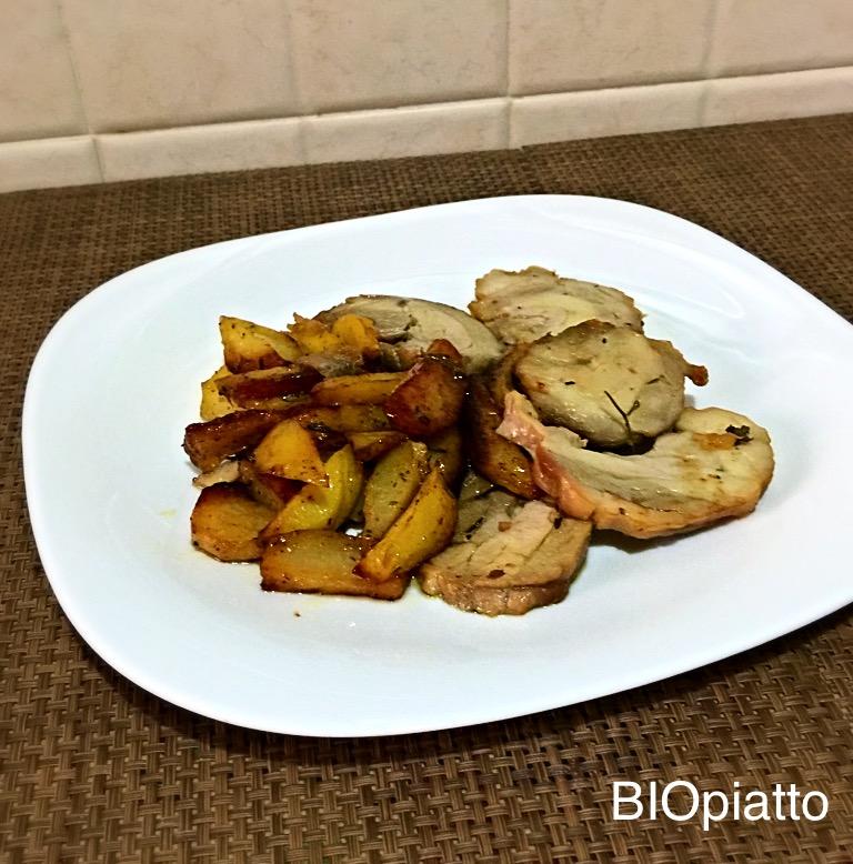 Arrosto pollo e tacchino al forno con patate e aromi