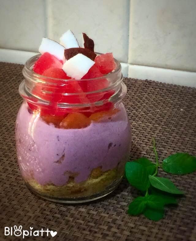 Cheesecake nel barattolo con frutta di stagione