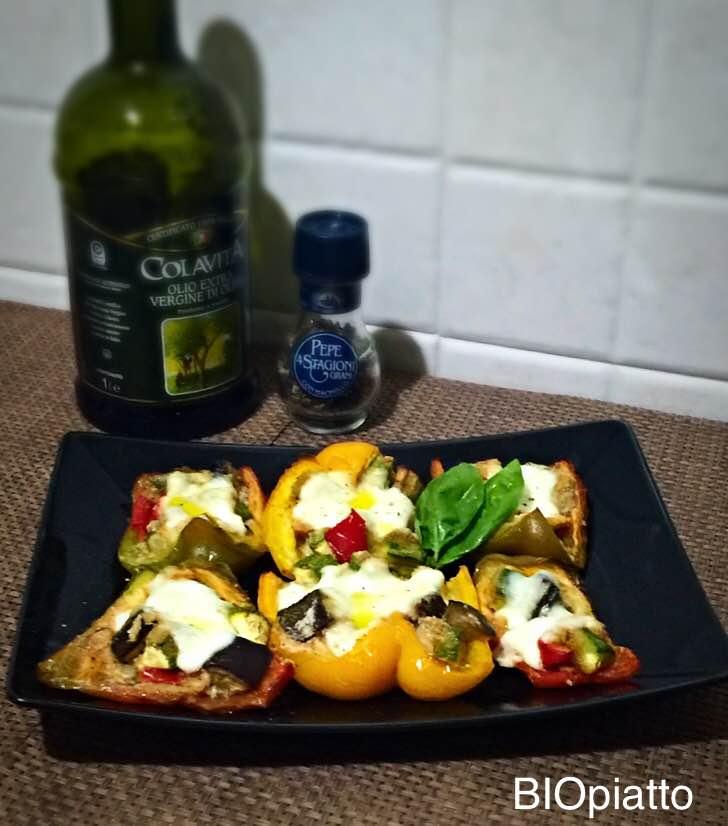 Barchette di peperoni al forno verdure alici e mozzarella