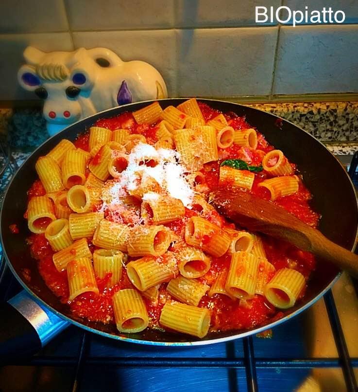 Mezze maniche all 39 amatriciana un piatto tipico romano for Piatto tipico romano