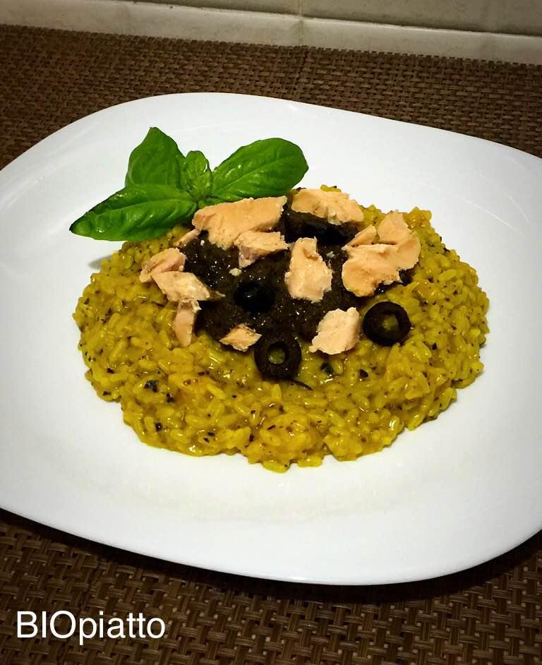 Riso allo zafferano olive nere e salmone