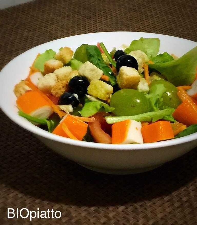 Insalata con frutta surimi e crostini