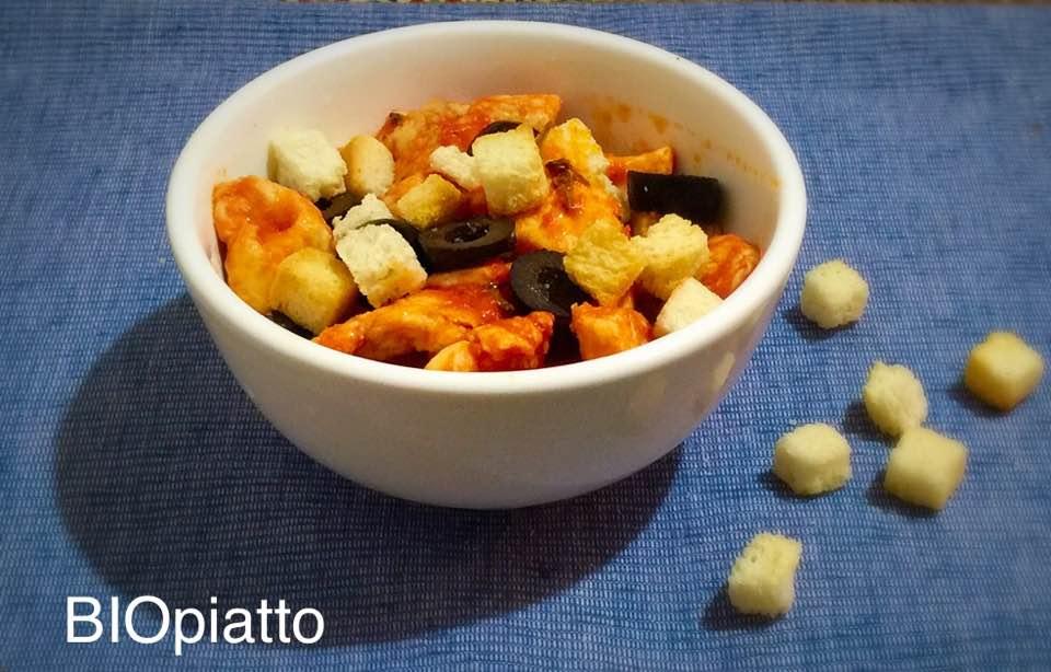 Bocconcini di pollo alla pizzaiola con crostini e olive