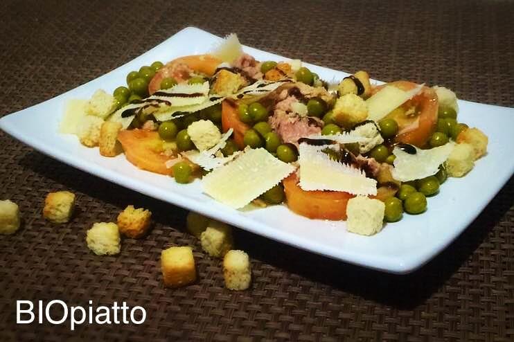Insalata di pomodori tonno piselli e grana