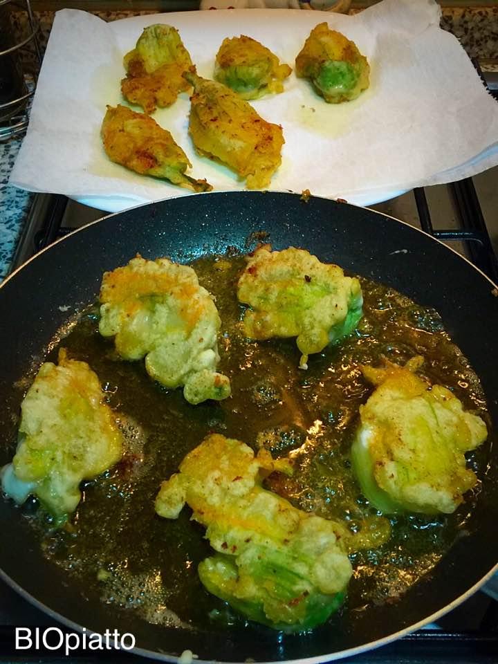 Fiori di zucca fritti con pastella alici e mozzarella for Pastella per fiori di zucca fritti
