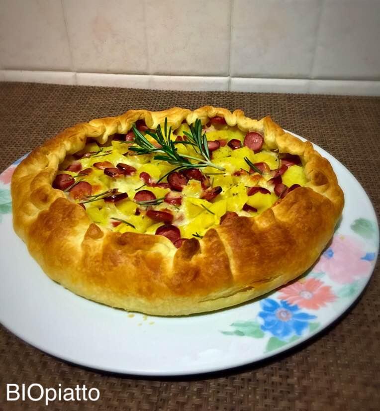 Pizza sfoglia con cotto patate wurstel e mozzarella