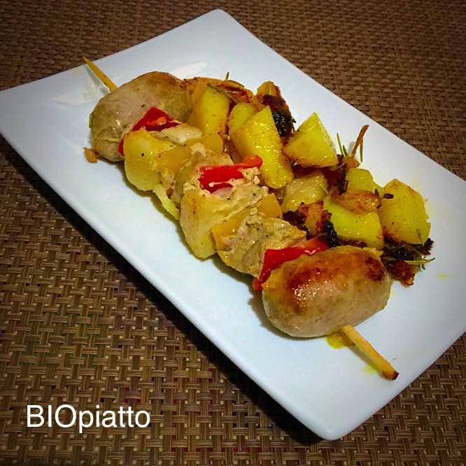Spiedini di carne mista e patate in padella pepe e rosmarino