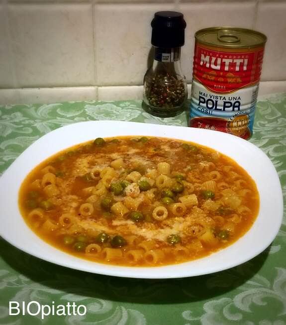 Pasta e piselli minestra cremosa con curcuma e pepe