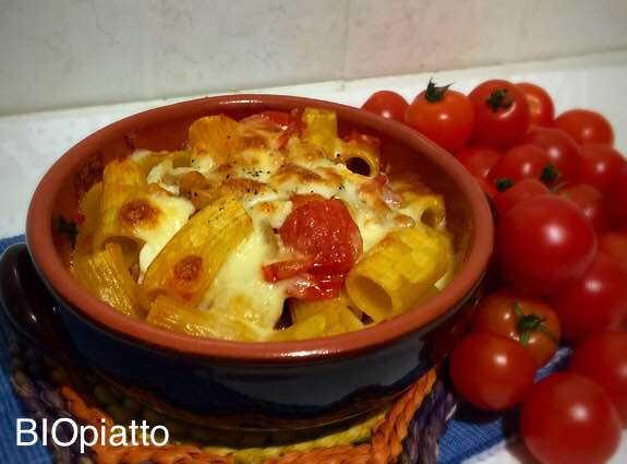 Mezzi rigatoni melanzane e pachino ripassati in forno con mozzarella